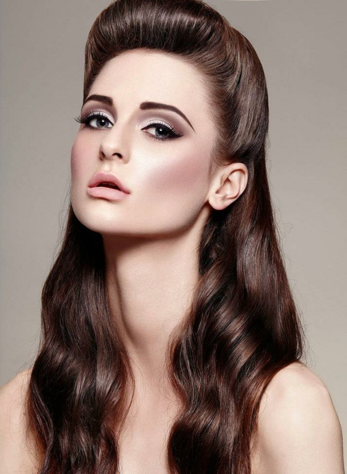 acconciature-anni-50-donna-capelli-castani-onde-acconciatura-moderna-trucco