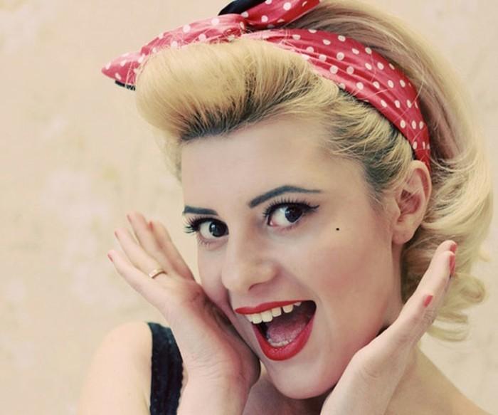 acconciature-anni-50-donna-capelli-corti-biondi-fascia-rossa-pois-sorriso