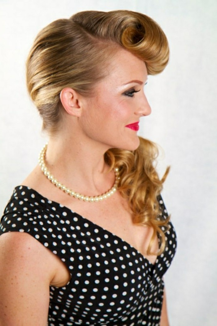 acconciature-anni-50-donna-capelli-lunghi-biondi-raccolti-parte-boccoli