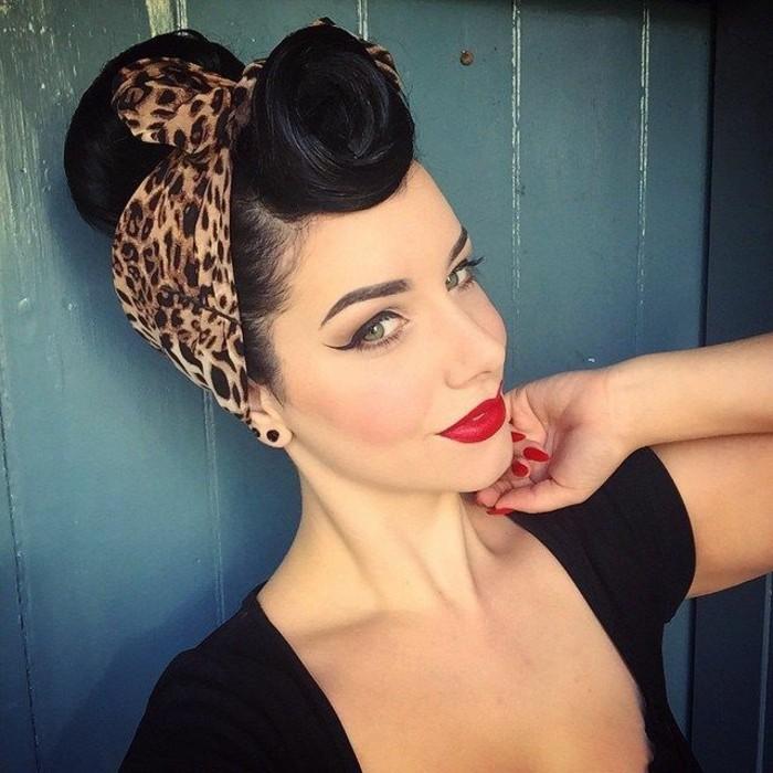 acconciature-anni-50-donna-capelli-neri-make-up-vintage-bandata-leopardata