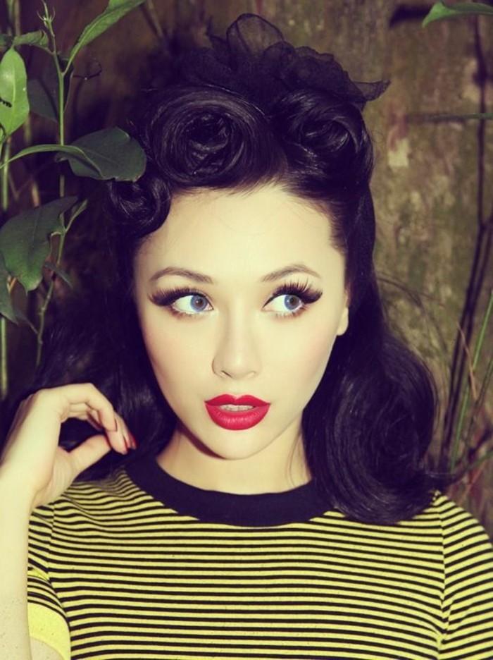 acconciature-anni-50-donna-capelli-neri-pin-up-rossetto-rosso-labbra