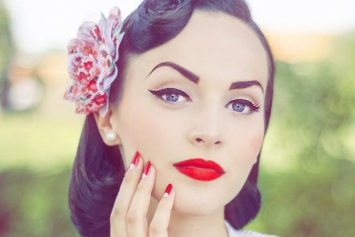 acconciature-anni-50-donna-make-up-vintage-fiore-finto-colorato-orecchini-perle