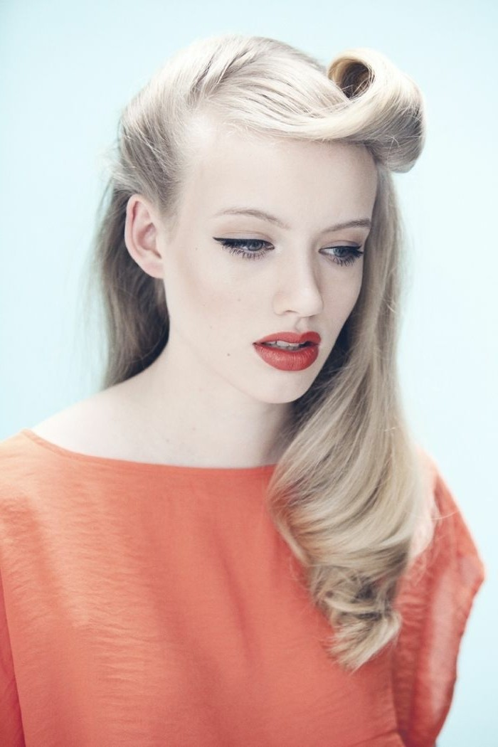 acconciature-anni-50-giocane-donna-capelli-biondi-vestito-labbra-rosse-look-vintage
