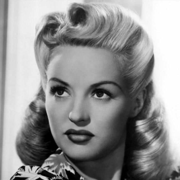 acconciature-anni-50-immagine-bianco-nera-donna-capelli-biondi