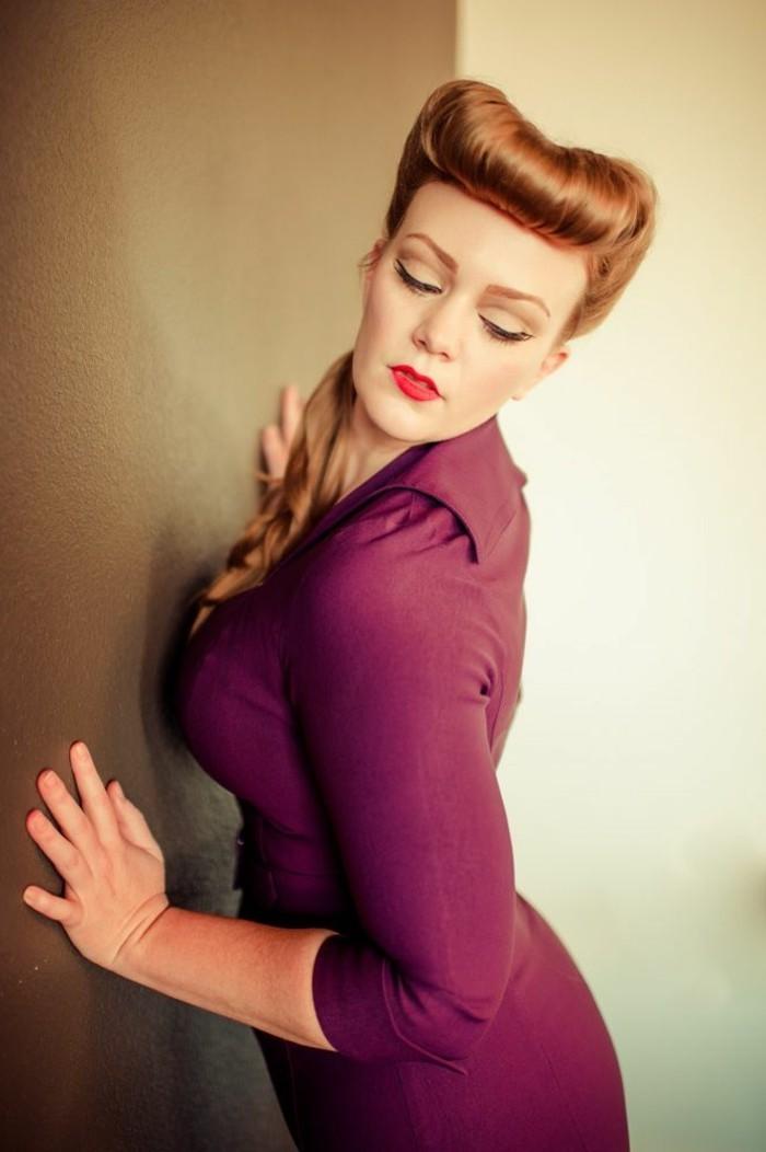 acconciature-anni-50-pettinatura-rockabilly-donna-capelli-biondi-vestito-viola-parete-marrone