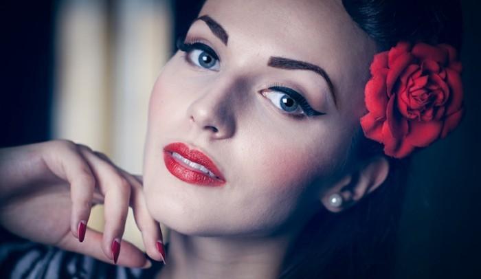 acconciature-anni-50-rockabilly-stile-donna-rosa-rossa-dietro-orecchio-orecchini-trucco