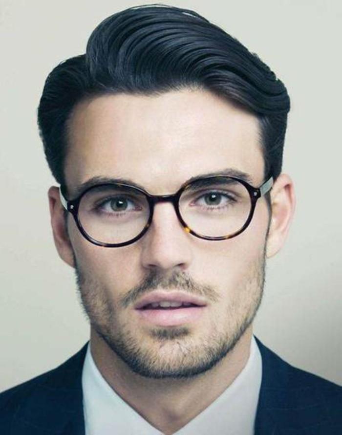 acconciature-anni50-uomo-capelli-neri-pompadour-occhiali-vista-vestito-elegante-camicia-giacca