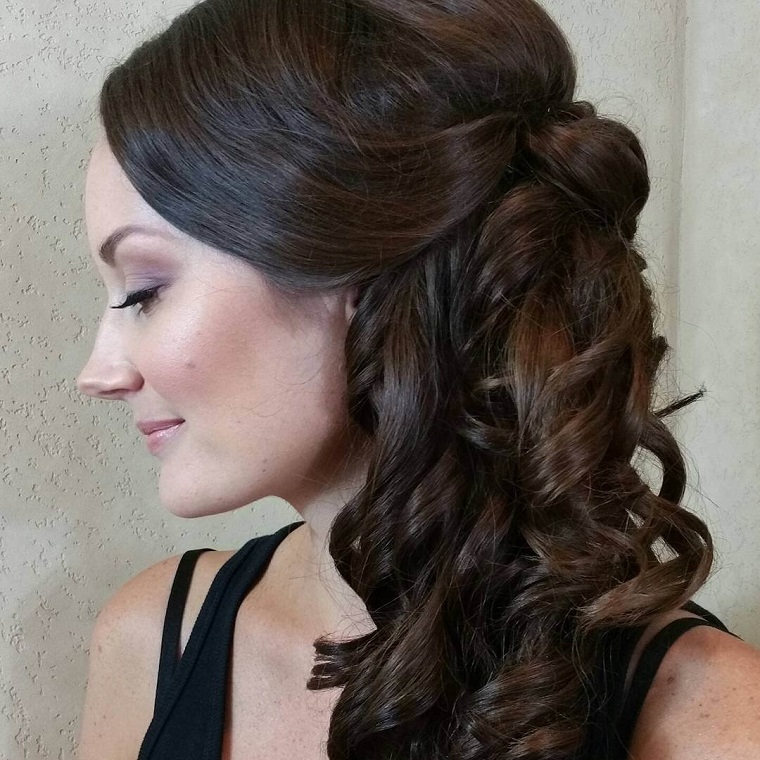 acconciature-capelli-mossi-media-lunghezza-colore-castano-scuro-trucco-naturale