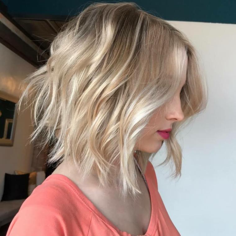 acconciature-capelli-ondulati-sopra-spalle-biondo-chiato-riga-mezzo-rossetto-rosso
