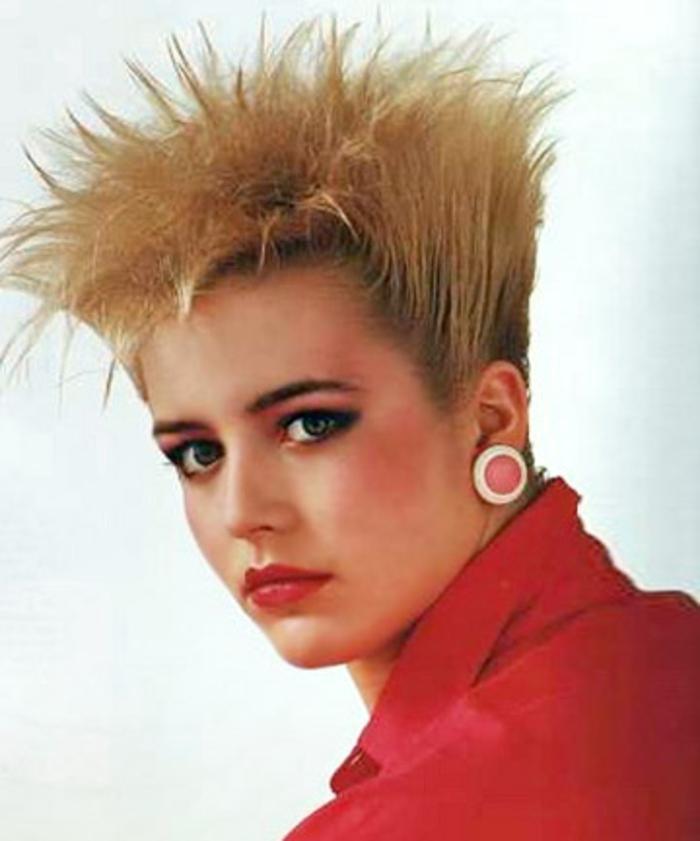 acconciature-donna-anni-80-capelli-corti-biondi-cresta- Vestiti ... b2990d01ac64