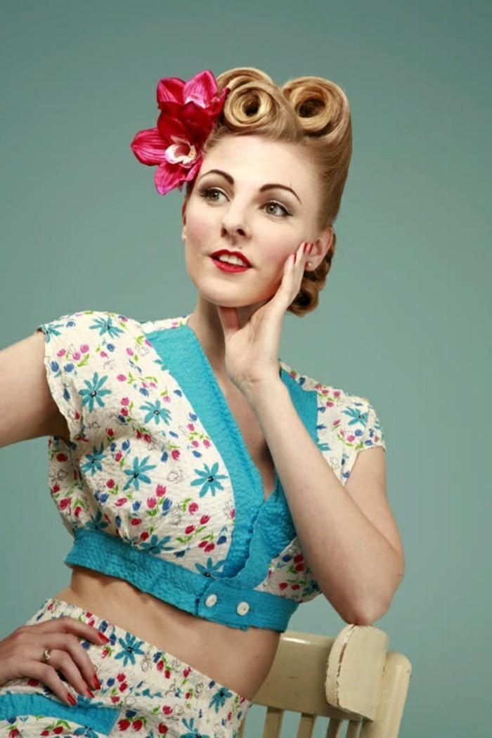 acconciature-donna-idea-stile-retrò-donna-capelli-biondi-pin-up-fiori-finti-top-corto-gonna