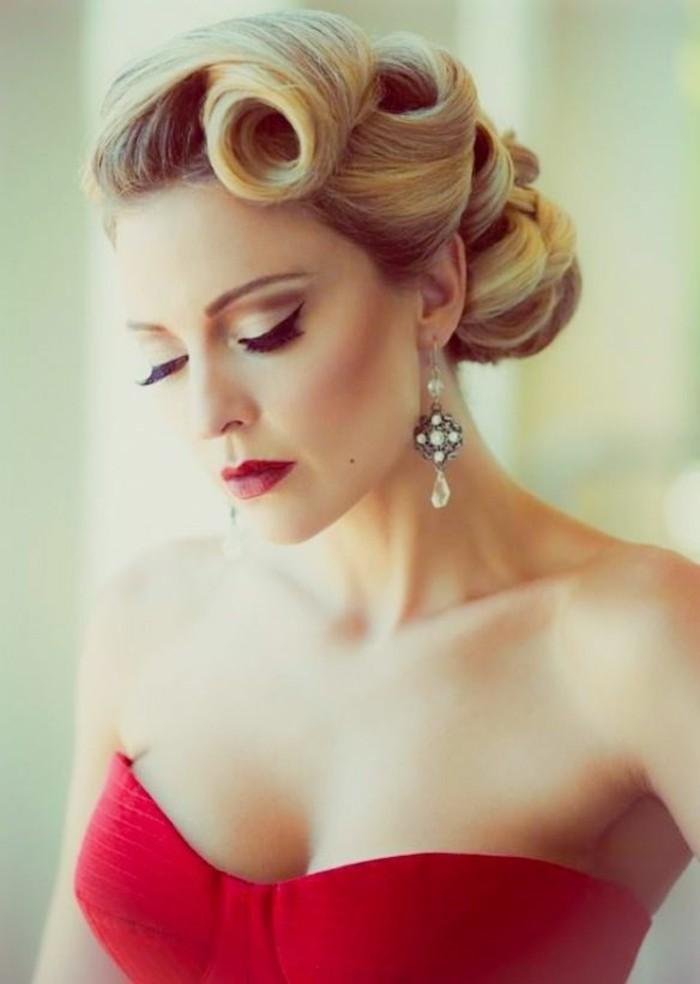 acconciature-fai-da-te-donna-capelli-biondi-stile-retrò-vestito-elegante-rosso-orecchini-pendenti