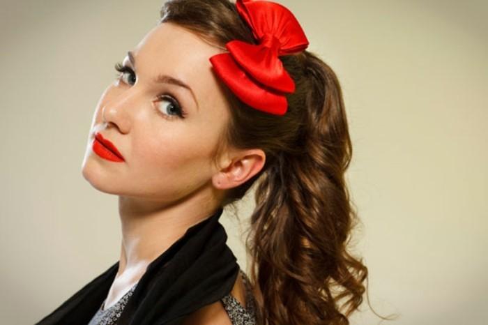 acconciature-fai-da-te-donna-stile-retrò-fiocco-rosso-capelli-castani