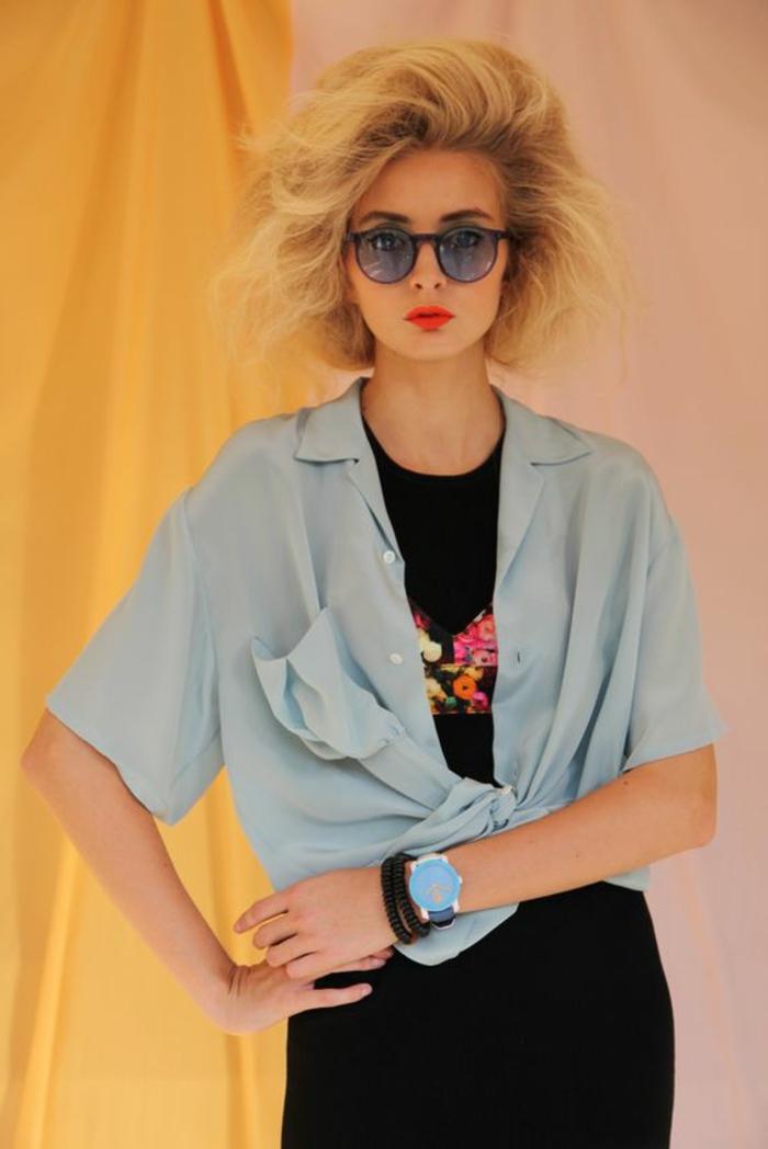 anni-80-abbigliamento-camicia-ampia-azzurra-t-shirt- Vestiti ... 8c79a75e990