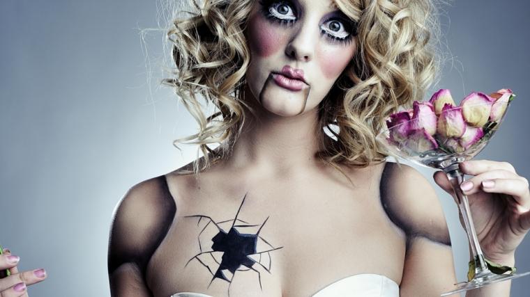 bambola-halloween-disegnata-strati-bicchiere-mano-rottura-petto