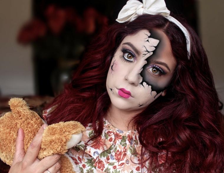 bambola-halloween-donna-viso-rotto-orsetto-mano-capelli-rossicci-ricci