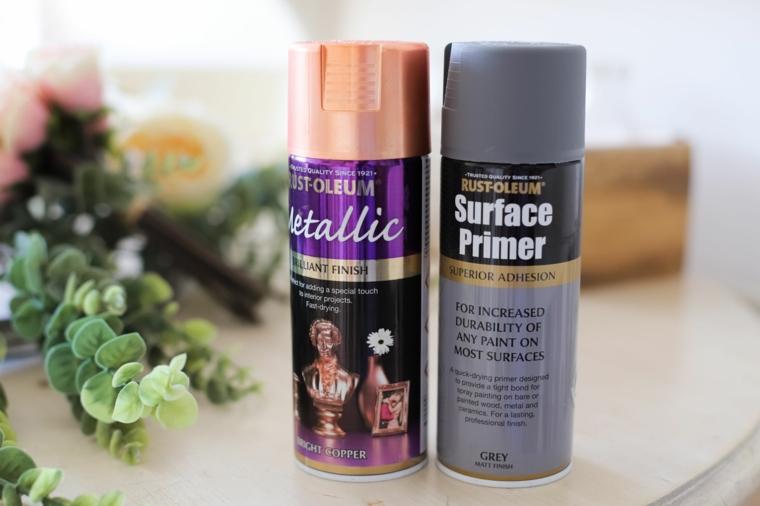 Riciclare oggetti da buttare, due bottiglie di vernice spray di colore argento e oro