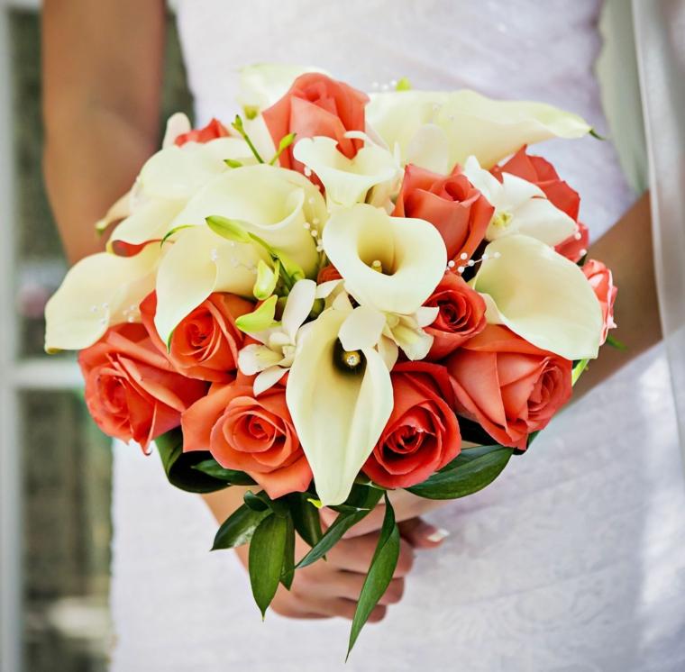 bouquet-calle-rose-arancioni-foglie-verdi-forma-rotonda
