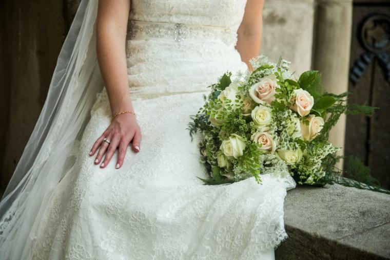 bouquet-da-sposa-composizione-rose-bianche-color-pesca-verde-lati-centro