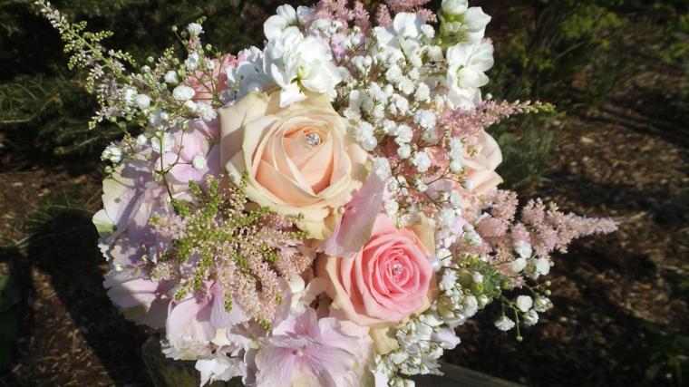bouquet-da-sposa-fiori-colori-delicati-rose-centro-forma-rotonda