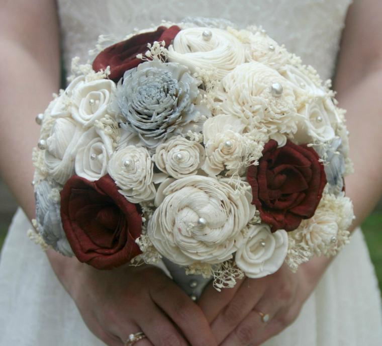 bouquet-da-sposa-forma-tonda-fiori-stoffa-bianchi-bordeaux-azzurri-perle