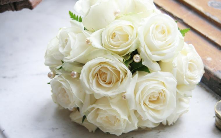 bouquet-da-sposa-piccolo-rotondo-rose-bianche-perle-decorazione