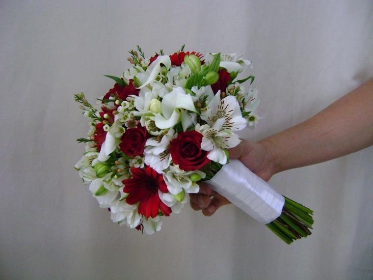 bouquet-da-sposa-rose-margherite-rosse-lillium-bianchi-nastro-bianco-gambo