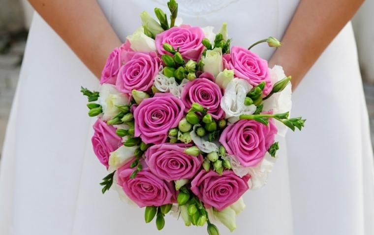 bouquet-da-sposa-rose-rosa-bianche-boccioli-verdi-forma-rotonda