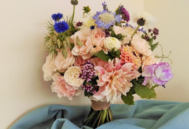 bouquet-sposa-fiori-estivi-vari-colori-rosa-antico-tocchi-blu