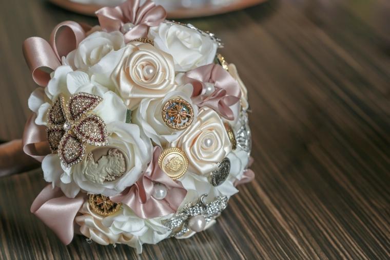 bouquet-sposa-forma-rotonda-rose-tessutto-bianco-rosa-cipria-decorazioni-preziose