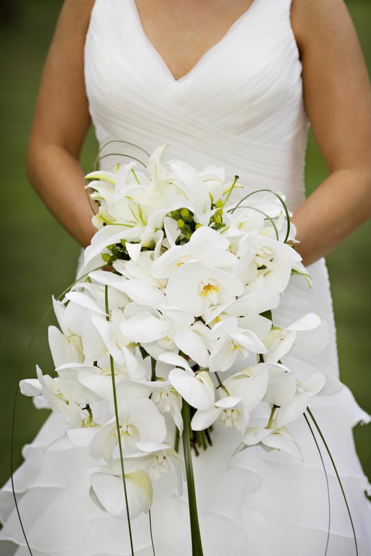 bouquet-sposa-orchidee-composizione-tutta-bianca-foglie-verdi-cascata
