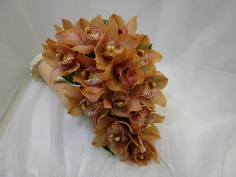 bouquet-sposa-orchidee-marrone-chiaro-forma-cascata-perle-decorazione