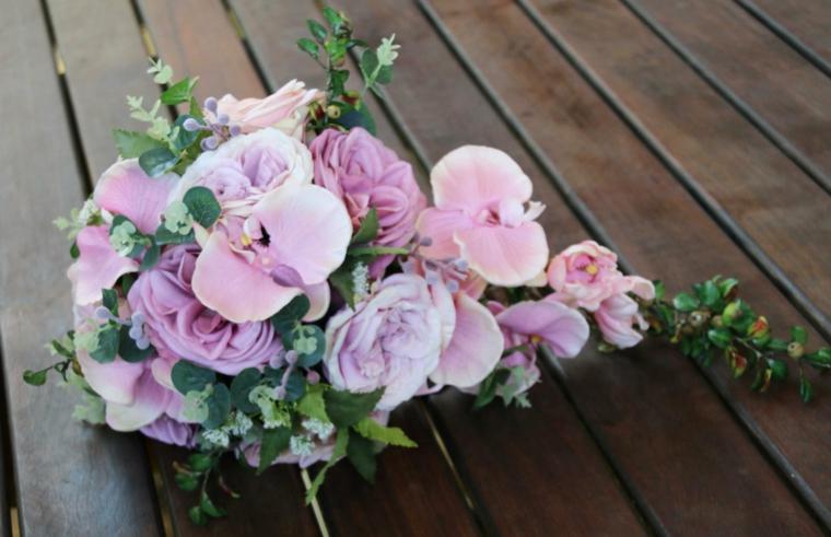 bouquet-sposa-orchidee-rosa-foglie-verdi-forma-allungata