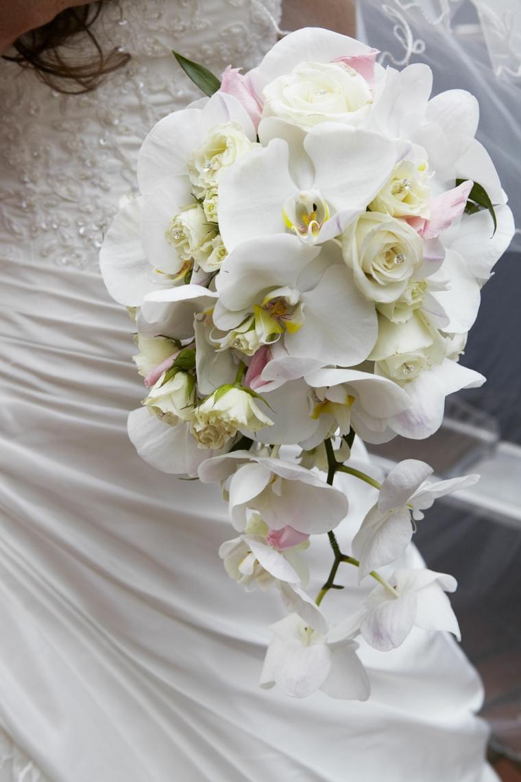 bouquet-sposa-orchidee-tutte-bianche-forma-allungata-dimensioni-contenute
