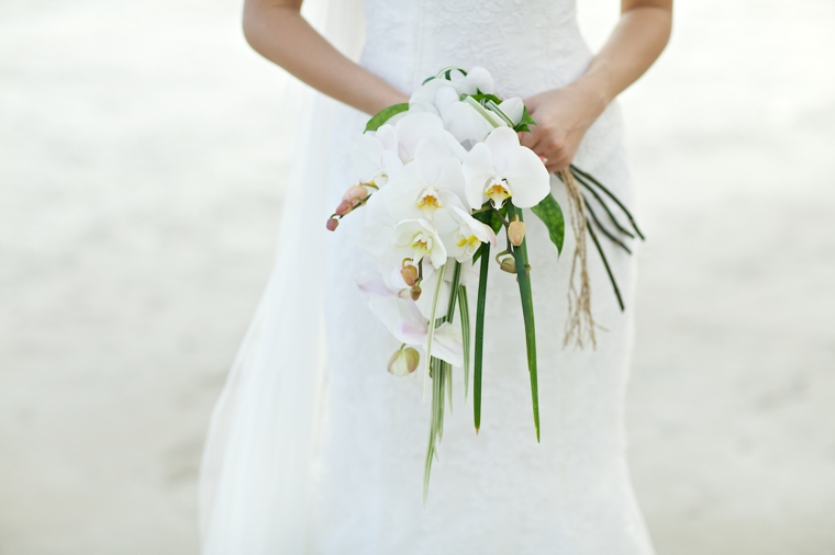 bouquet-sposa-orchidee-tutte-bianche-piccole-foglie-verdi-lunghe