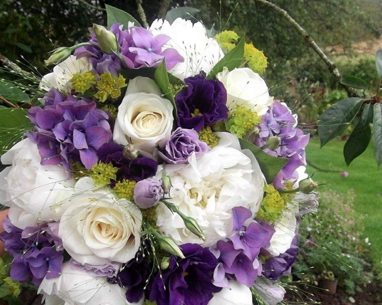 bouquet-sposa-rose-bianche-fiori-lilla-tocchi-verde