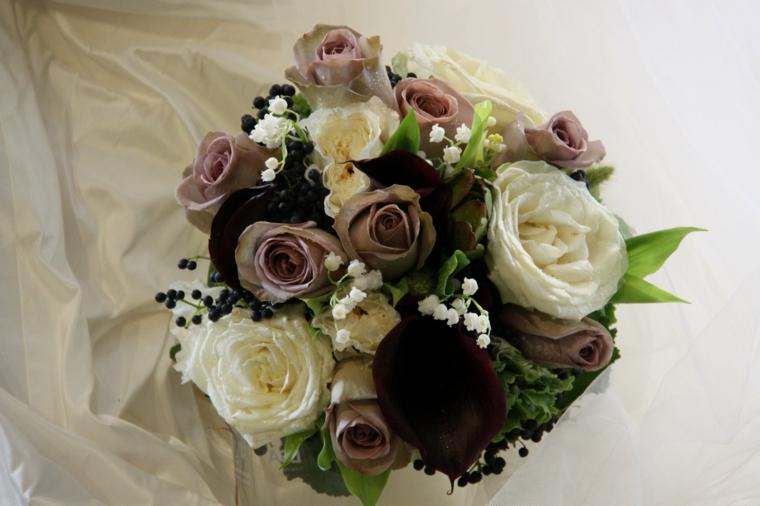 bouquet-sposa-settembre-composizione-rose-bianche-marroni-foglie-verdi
