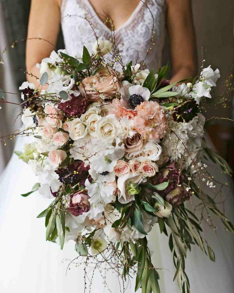 bouquet-sposa-settembre-forma-cascata-tanti-fiori-colori-autunnali-rose-rami-ulivo