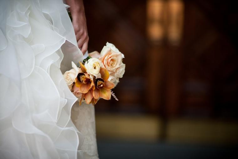 bouquet-sposa-settembre-piccolo-compatto-colori-autunno-rose-crema-color-pesca
