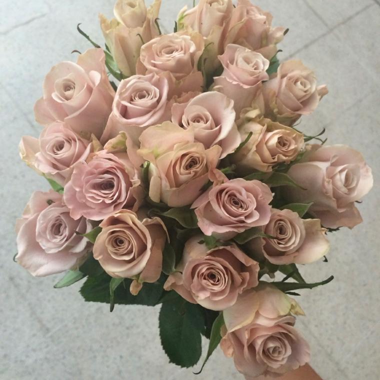 bouquet-sposa-settembre-rose-color-cipria-alcune-foglie-verdi
