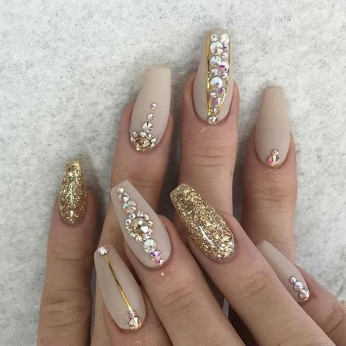 brillantini-per-unghie-dorati-varie-dimensiomi-decorazioni-diverse-base-smalto-beige-chiaro