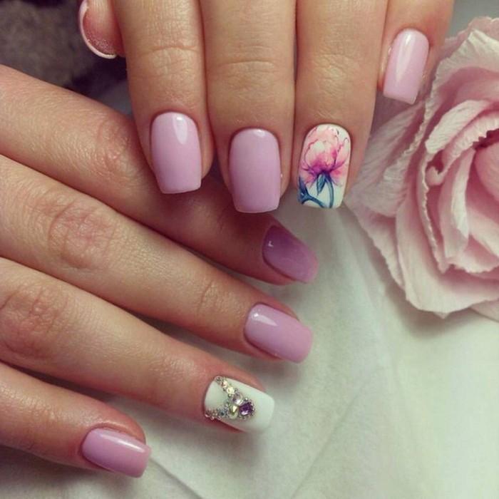 brillantini-unghie-anulare-fondo-bianco-altre-unghie-smalto-color-ciclamino-decorazione-fiore