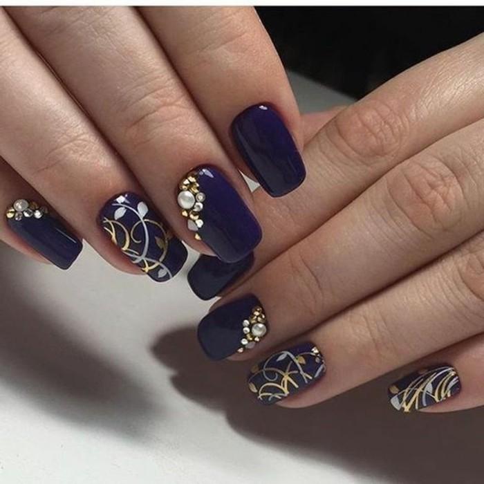 brillantini-unghie-decorato-lato-medio-anulare-mignolo-decorazioni-bianche-dorate-base-blu-lucida