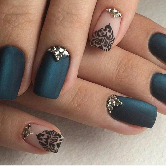 brillantini-unghie-dorati-decorazioni-intorno-cuticola-disegni-neri-smalto-trasparente-altre-unghie-base-nera-opaca