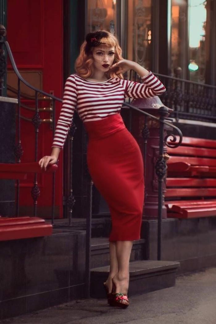 capelli-anni-50-donna-acconciatura-media-accessorio-gonna-lunga-rossa-maglia-tacchi