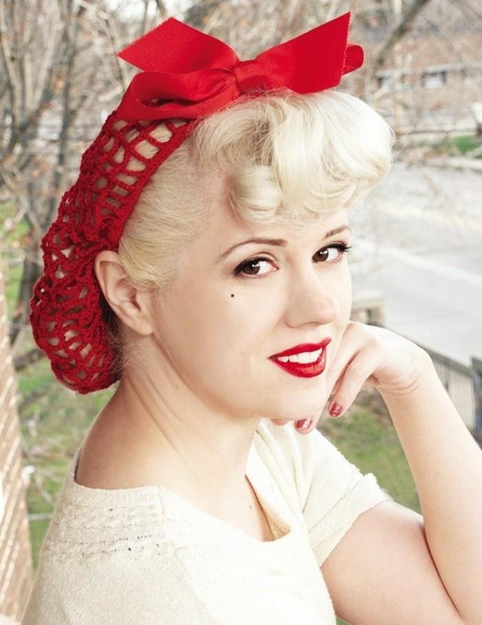 capelli-anni-50-donna-bionda-cappello-rete-fiocco-rosso-labbra-rosse-frangia