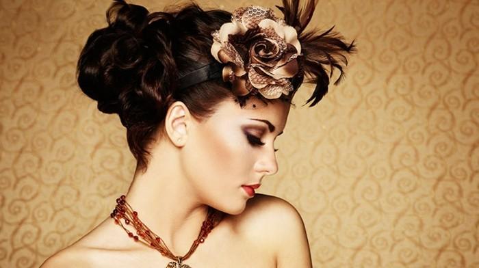 capelli-anni-50-donna-colore-castano-lucente-accessorio-stravagante-collana-marrone-gioiello-trucco-elegante