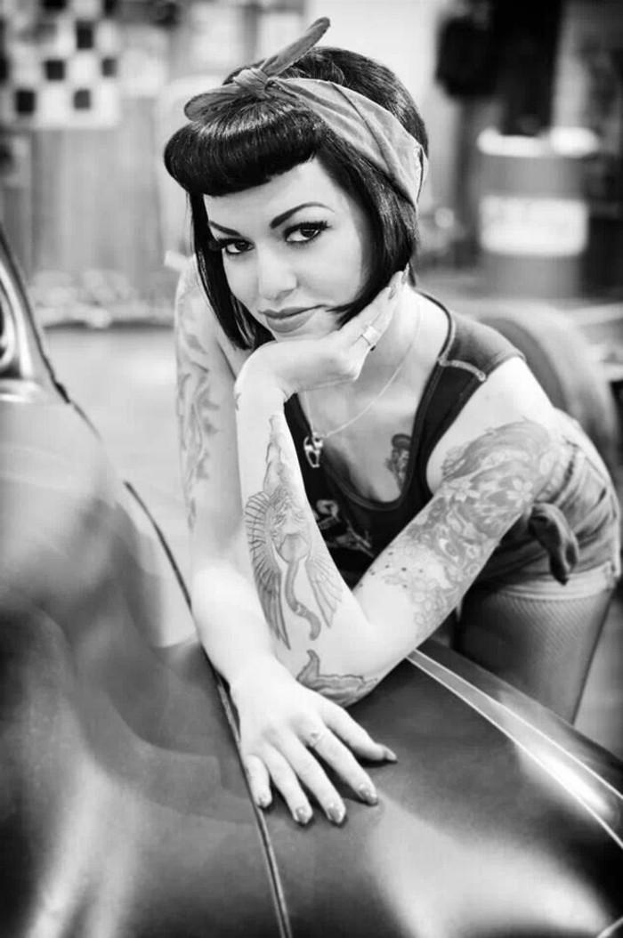 capelli-anni-50-donna-immagine-bianco-nera-tatuaggi-braccio-banda-colore-capelli-neri