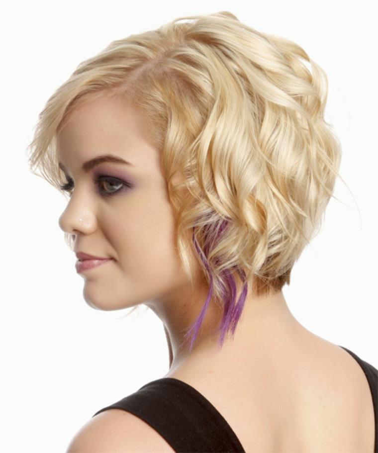 capelli-mossi-corti-look-casual-colore-biondo-ciocca-viola-matita-nera-occhi