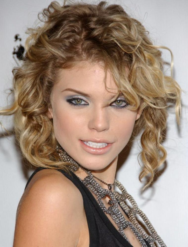 capelli-mossi-corti-style-naturale-colore-biondo-occhi-matita-nera-labbra-rosa-chiare